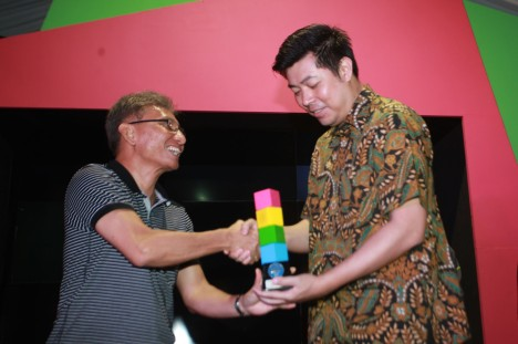 CEO Kompas Gramedia Agung Adiprasetyo (kiri) menyerahkan penghargaan 'Hai Youth Brand Award' untuk ketegory city car kepada Direktur Pemasaran dan Layanan Purna Jual PT Honda Prospect Motor (HPM) Jonfis Fandy saat acara 'Honda Brio Hai Day'