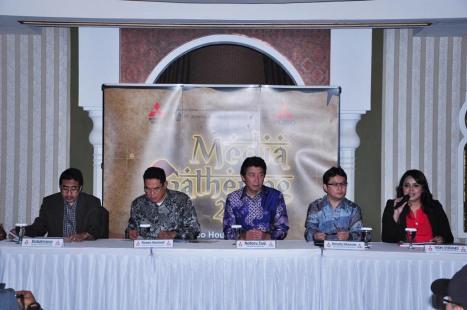 25-02-KTB Media Gathering 01