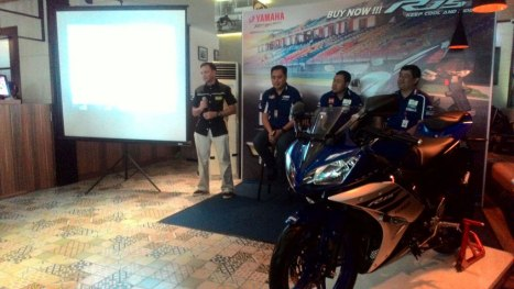 15032016-Moto-Yamaha-R15-Ohlins_01